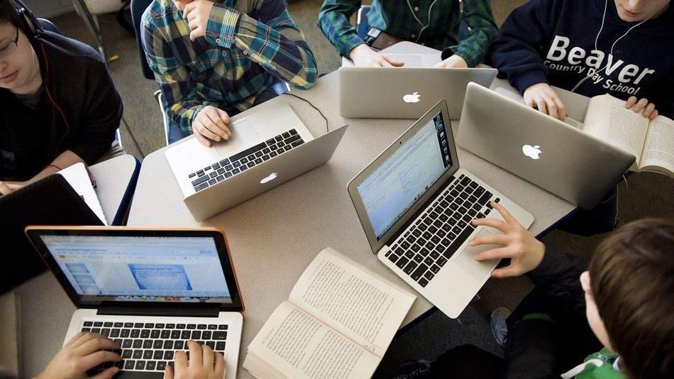 Sinh viên đang học nhóm